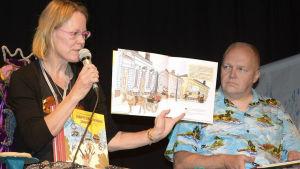 Kuvittaja Salla Savolainen ja kirjailija Tapani Bagge esittelivät Hämeenlinnan Janne -kirjaa.