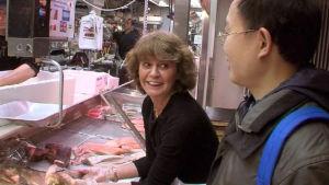 Teresa Soengas pitää kalakauppaa Hakaniemen kauppahallissa