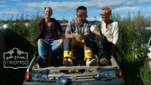 Hanna Enlund, Jonathan Granbacka och Jim Björni sitter på en bil.