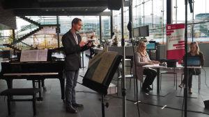 Säveltäjä Lauri Mäntysaari pitää Suomen säveltäjien puheenvuoron Kantapöydän suorassa lähetyksessä Musiikkitalon kahvilassa 21.10.2015.