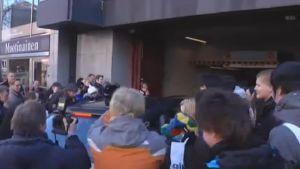 Reportrar och fans försöker få en skymt av David Beckham