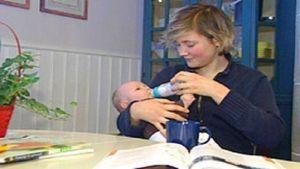 en ung mamma matar sitt barn