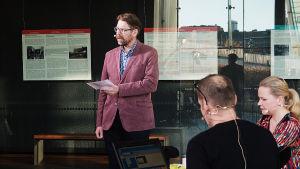 Säveltäjä Hannu Pohjannoro pitää Suomen säveltäjien puheenvuoron Kantapöydän suorassa lähetyksessä Musiikkitalon kahvilassa 28.10.2015.