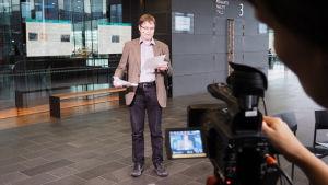 Lauri Kilpiö pitää säveltäjän puheenvuoron Kantapöydän suorassa lähetyksessä Musiikkitalossa 11.11.2015.