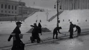 svartvit bild av snöarbete i helsingfors centrum på 50-talet