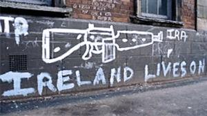 """Gatumålning av ett vapen med texten """"Ireland lives on"""""""