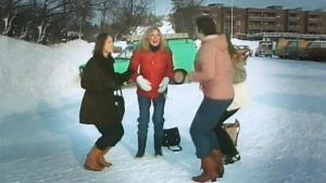 fyra kvinnor dansar fågeldansen