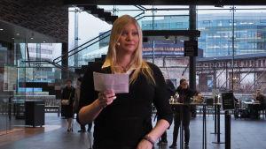 Jennah Vainio piti Suomen säveltäjien puheenvuoron Kantapöydän suorassa lähetyksessä Musiikkitalon kahvilassa 18.11.2015.