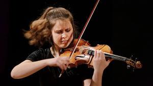 Saksalaisviulisti Friederike Starkloff Sibelius-viulukilpailussa 2015.