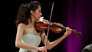 Korealainen Kyung Ji Min Sibelius-viulukilpailussa 2015.