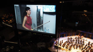 Nancy Zhou viilettää lavalle soittamaan Tshaikovskin viulukonserton ensimmäisessä finaali-illassa 1.12.2015.