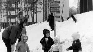 Barn leker i snö, 1967