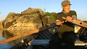Juha Taskinen soutaa Saimaalla dokumentissa Jäätä rakastavat (2011)
