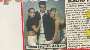 Ett tidnigsurklipp med två lättklädda kvinnor och programledaren Jukka Isojoki.