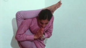 Indisk kvinna gör yoga-asana