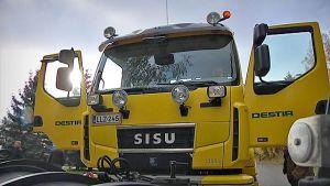 En gul lastbil med Destias logotyp på.