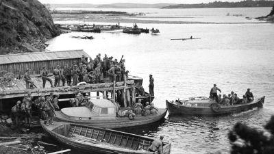 Finska soldater lägger ut från en brygga vid Sordavala, Ladoga, SA-bild 1941