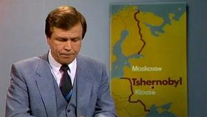 Arvi Lind lukee uutista Tsernobylin onnettomuudesta.
