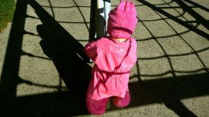 pieni lapsi selin leikkipuistossa