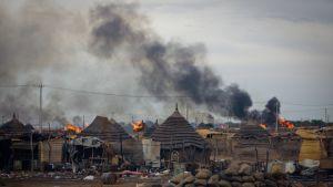 Bränder i Abyei efter arméns attack i slutet av maj.
