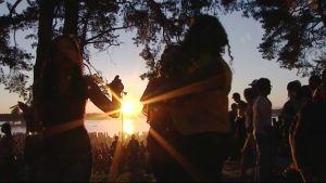 Unga firar skolavslutning på Sandudds strand juni 2011