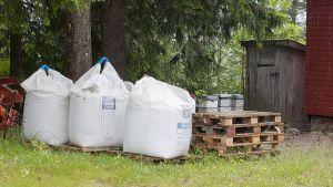 Gödselsäckar på Breiviks gård