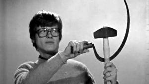 Tom Wentzel visar hammaren och skäran