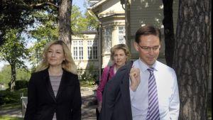 Guzenina-Richardson, Katainen och Virkkunen gav en presskonferens efter regeringens förhandlingar