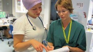 Läkaren Marie Grönroos och sjuksköterskan Paula Ylikainen på jobbar mitt i natten. Oktober 2012.