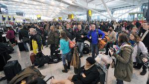 Snöfall backar flyg från London, kaos på heathrow