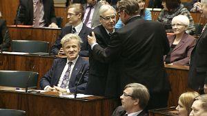 Ordförande Timo Soini gratulerar Anssi Joutsenlahti