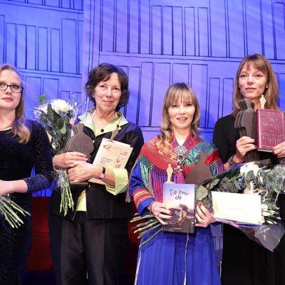 Lilla Augustpristagaren Sigrid Nikka (till vänster) tillsammans med Augustprisvinnarna Nina Burton, Ann-Helén Laestadius och Lina Wolff.