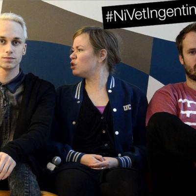 Tre redaktörer diskuterar i en soffa.