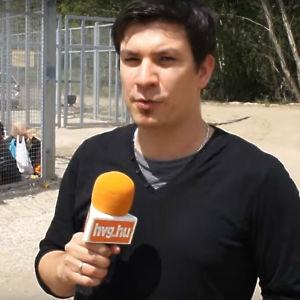 Ungerska journalisten Adam Bihari rapporterar för en nättidning.
