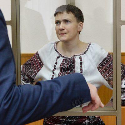 Nadija Savtšenko odottaa Venäjällä vangittuna oikeudenkäyntiään.