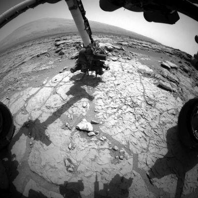 Nasan Curiosity-mönkijä poraamassa reikää Marsin kallioperään näytteenottoa.