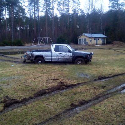 Avolava-auto nurmikentällä
