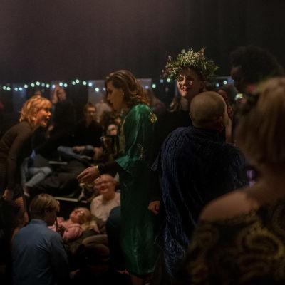 Människovimmel på scenkonstfestivalen Baltic Circles kvällsfest 2019.