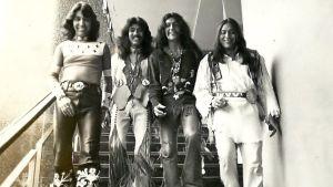 Intiaanirockbändi Redbone poseeraa arkistokuvassa. Kuva dokumentista Rumble.