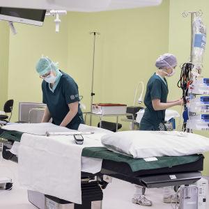 Sjukskötare gör förberedande arbete i en operationssal.