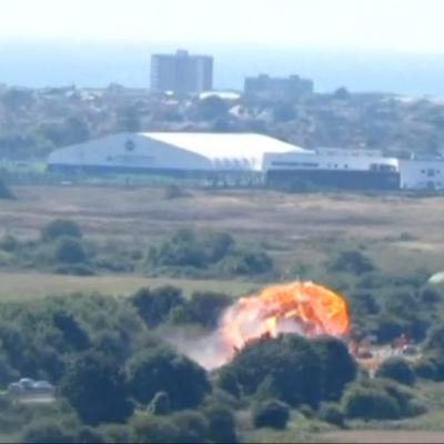 Explosion under flyguppvisning i Storbritannien.