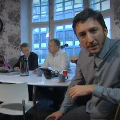 Ivan Puopolo kuuntelee kampanjatiimin kokousta