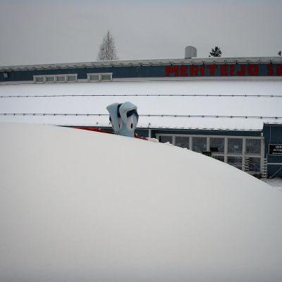 Meri-Teijon rakennuksen edessä olevaa lunta