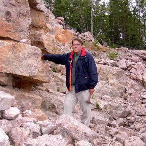 Mineralogi Seppo Lahti kuvattuna Kotkan topaasilouhoksella