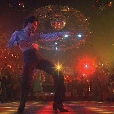 John Travolta tanssii elokuvassa Lauantai-illan huumaa. Kuvakaappaus.