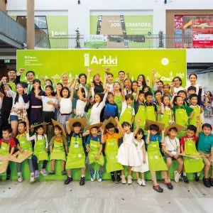 Arkkitehtuurikoulu Arkin Thaimaan toimipisteen oppilaita ja opettajia ryhmäkuvassa.