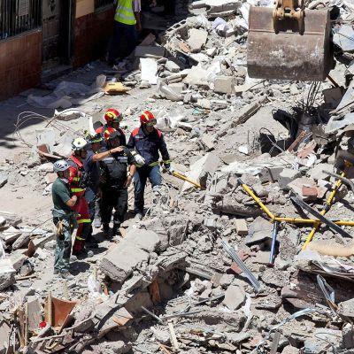 Pelastushenkilökunta etsii ihmisiä romahtaneen kerrostalon jäänteistä Teneriffalla.
