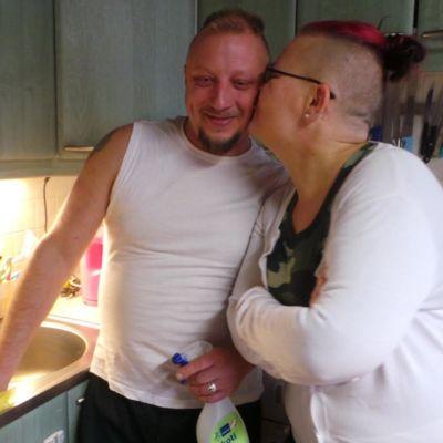 Kata Saario ja Taisto Nöjd kotitöiden lomassa keittiössään.