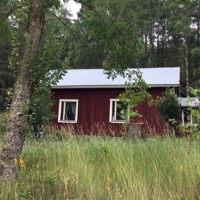 Itseoppinut perinteenkerääjä Matti Simola kuoli Paimiossa vuonna 2004.  Pieni punainen mökki jäi hänen viimeiseksi asuinpaikakseen.