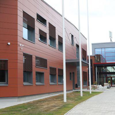 Punaruskea-harmaa koulurakennus elo-syyskuussa.